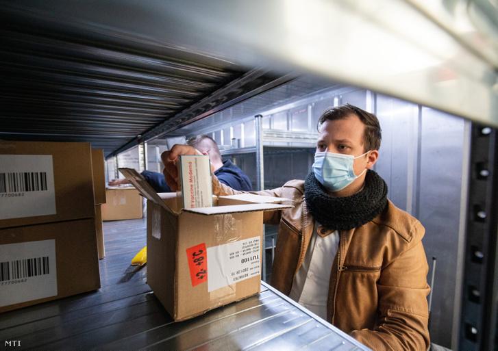 Az amerikai Moderna biotechnológiai cég koronavírus elleni oltóanyagának újabb szállítmányát pakolja Kőrösi-Szabó István beszerzési és logisztikai vezető 2021. április 19-én