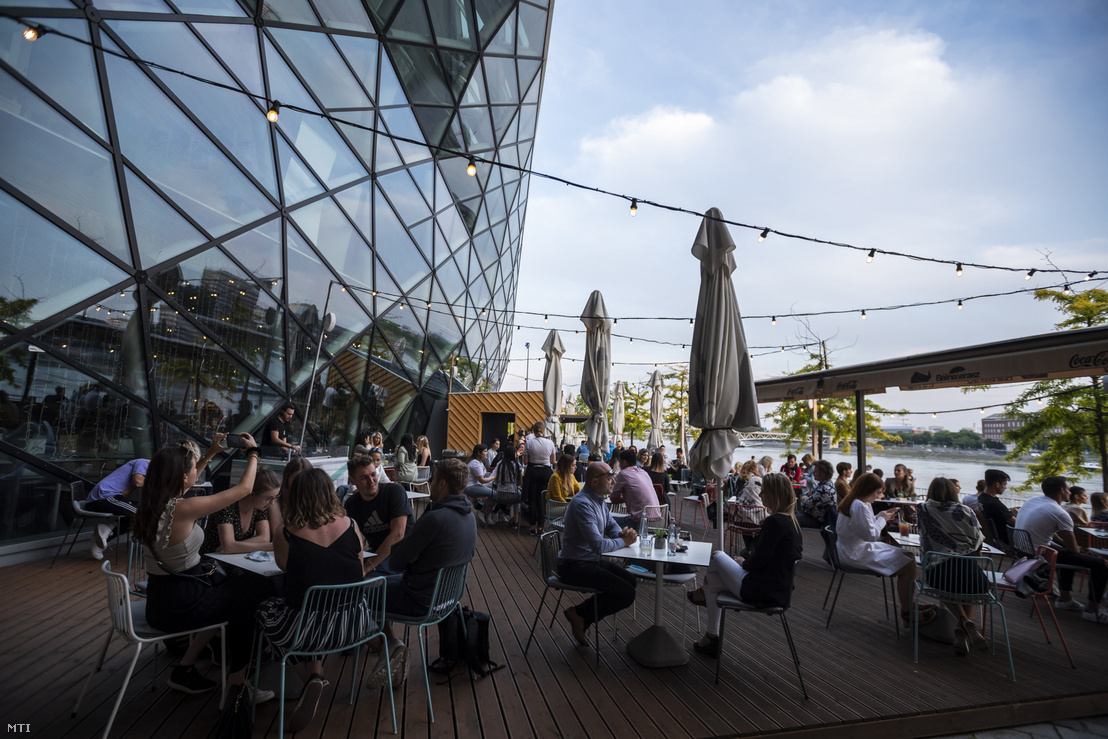 Vendégek egy vendéglátóhely teraszán a budapesti Bálnánál 2020. május 18-án