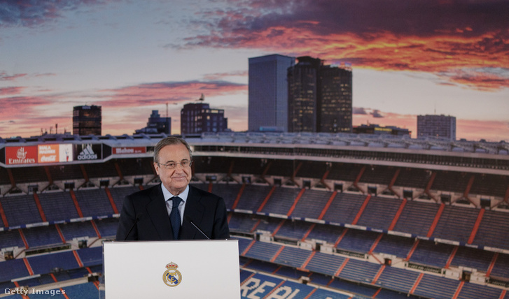 Florentino Perez, a Real Madrid futballklubjának elnöke részt vesz Jesus Vallejo előadásán a Bernabeu stadionban 2017. július 7-én
