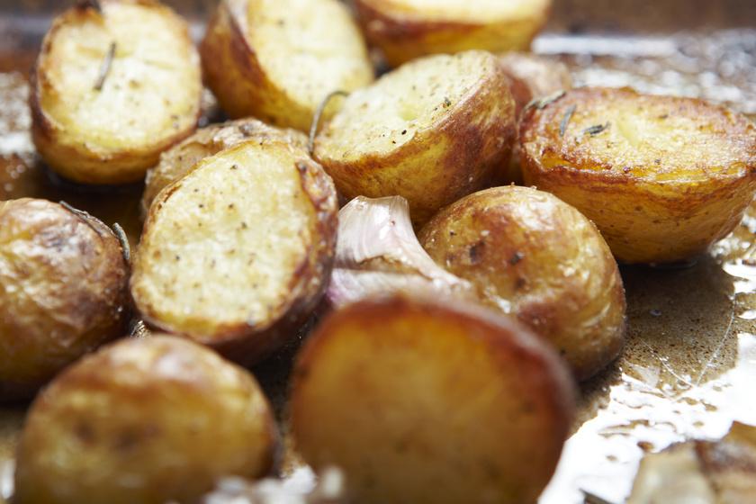 Fokhagymás, rozmaringos újkrumpli: sütőben villámgyorsan elkészül