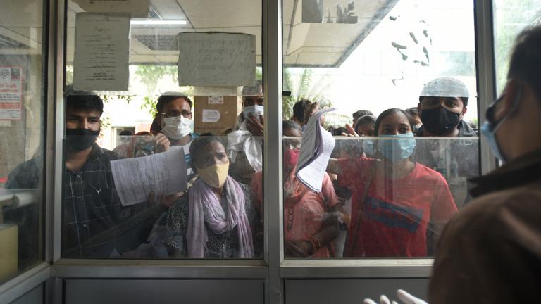 Indiát térdre kényszeríti a mutáns vírus