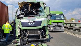 Két kamion rohant egymásba az M0-son, óriási a torlódás