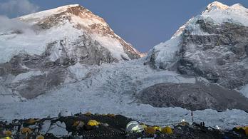 A Mount Everest hírhedten veszélyes jéglabirintusából jelentkezett be Varga Csaba