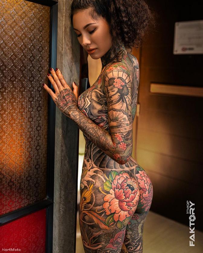Főleg mivel a tetovált nők már évtizedek óta nem számítanak különösebb ritkaságnak, és ha már pont ennél a képnél tartunk, eszébe juthat az embernek például az a jamaicai táncosnő, akinek egy igen látványos pillangó van a fenekére tetoválva.
