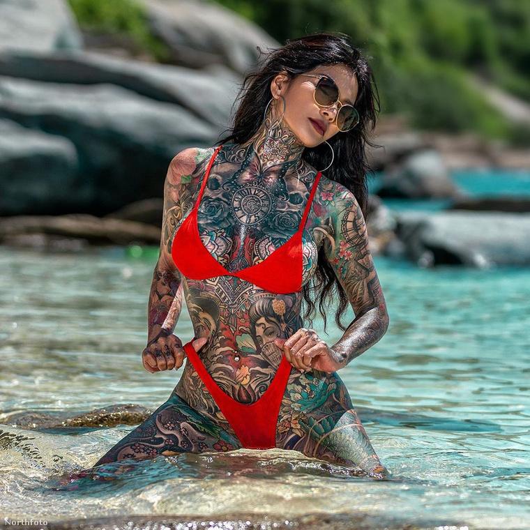 A tetoválásaira eddig kb