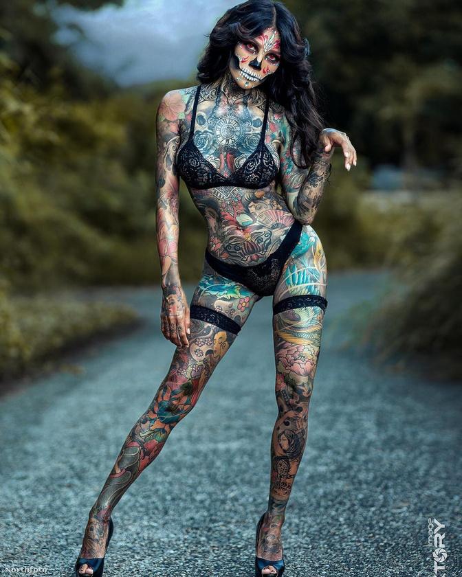 Azt a pillangót végül maga tetoválta a saját testére egy horoggal és nyomtatóhoz való tintával