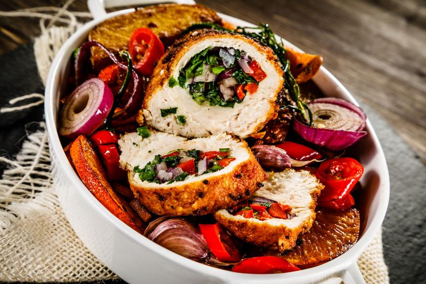 Zöldségekkel sült, töltött csirkemell: egyszerre omlós és szaftos