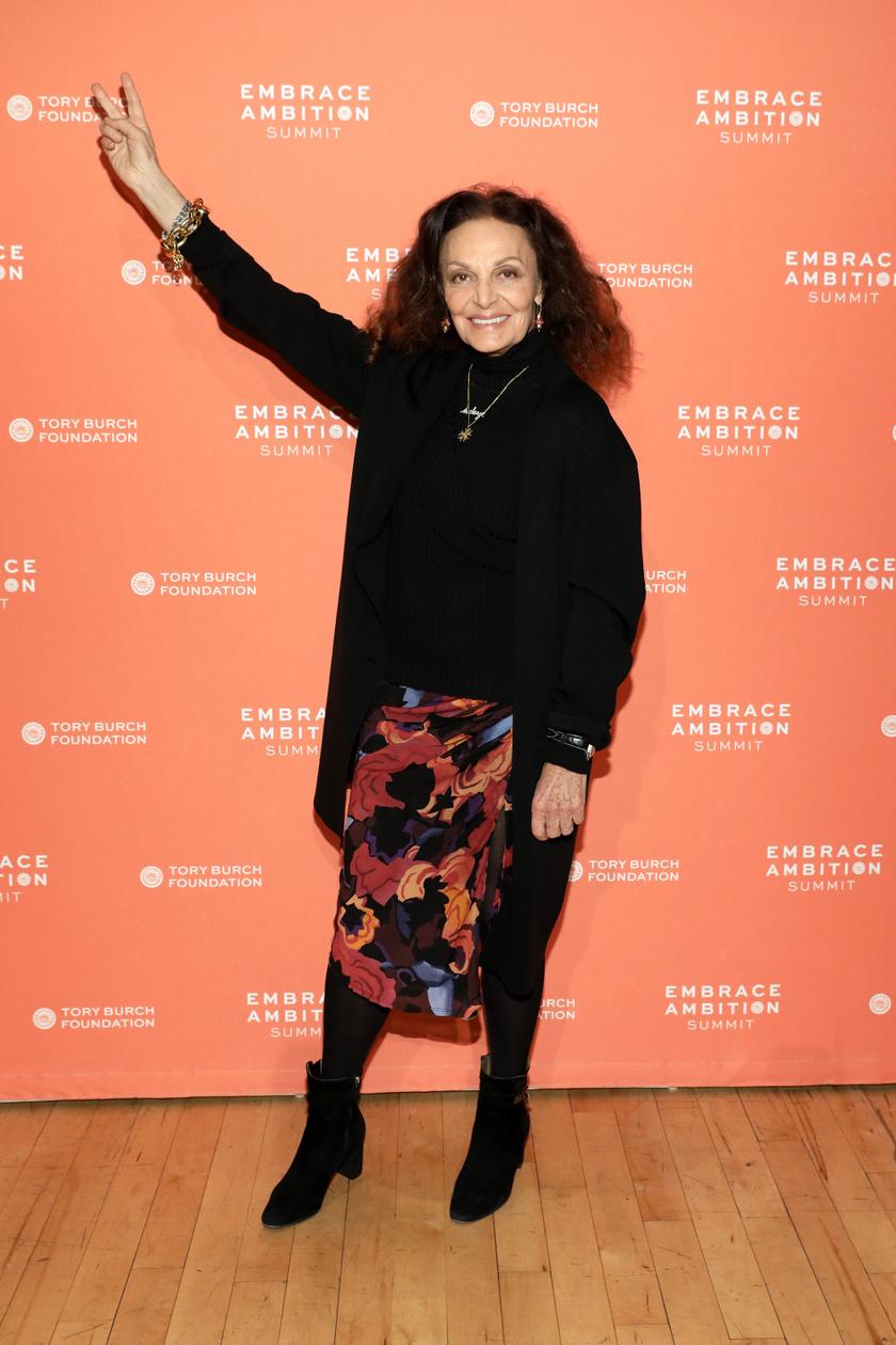 Diane von Fürstenberg általában fekete felsővel és cipővel viseli kedvenc mintás, virágos szoknyáit.