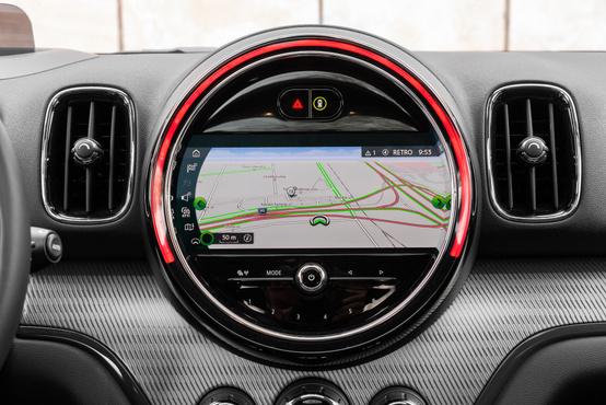 Az érintőképernyő külső íve a parkolóradar, az akkutöltöttség és a fordulatszám kijelzője is lehet, a helyzettől és kívánságtól függően