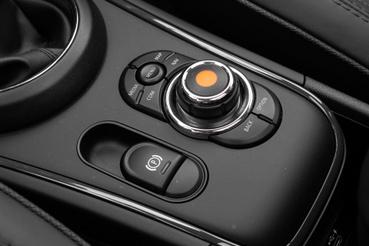 Kézre esik a kontroller, és mivel egyszerű használni, egy idő után gyakrabban nyúlunk hozzá, mint az érintőképernyőhöz
