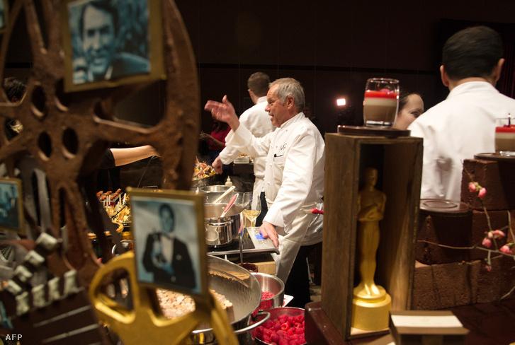 Wolfgang Puck séf az újságírókkal beszélget az étel és a dekor előnézetén az Oscar díjat követő ünnepségen, 2015. február 4-én