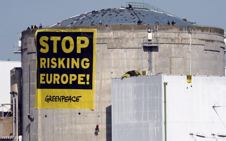 A Greenpeace nemzetközi környezetvédő szervezet aktivistái Ne kockáztassátok tovább Európát! feliratú transzparenssel tiltakoznak Franciaország legrégebbi atomerőművében az ország keleti részén található Fessenheimben 2014. március 18-án