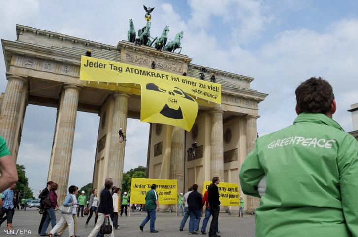 Transzparens lóg a berlini Brandenburgi kapun amint a Greenpeace nemzetközi környezetvédő szervezet aktivistái tiltakoznak az atomerőművek ellen 2011. május 29-én