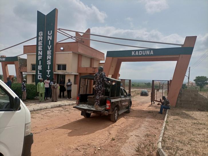 Katonai teherautó érkezik a Greenfield Egyetemre, miután fegyveresek több hallgatót elraboltak az észak-nigériai Kaduna államban 2021. április 21-én