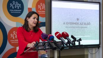 Napi 9,6 millió forintból reklámozza a kormány, hogy Magyarország családbarát ország