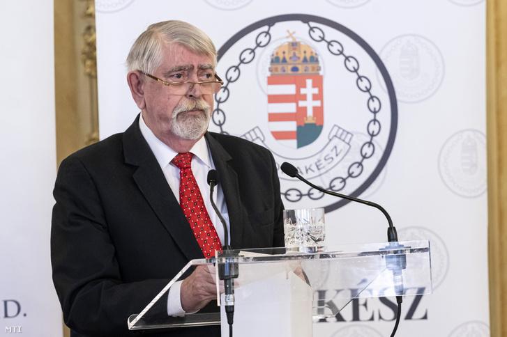 Kásler Miklós, az emberi erőforrások minisztere sajtótájékoztatón az Emberi Erőforrások Minisztériumában 2021. február 25-én