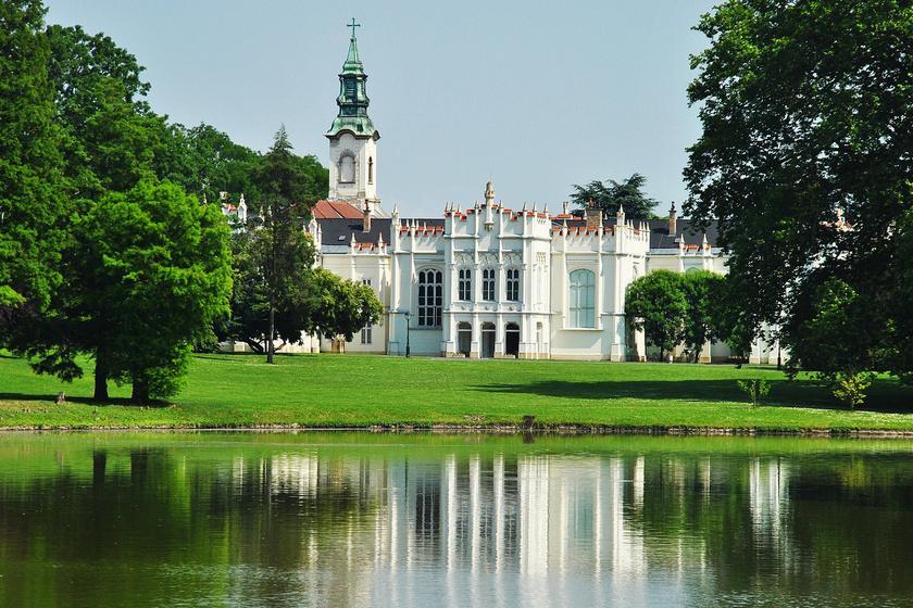 A martonvásári, impozáns Brunszvik-kastély 1870-es neogótikus átépítésekor nyerte el mai megjelenését. Karcsú tornyaival mesebeli látványt nyújt, a körülötte található park sem marad el szépségben mögötte, árnyas fák és tó uralják. A kastélypark óvintézkedések mellett látogatható. A helyszínen Beethoven is többször megfordult.