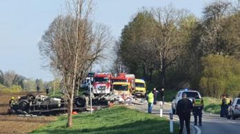 Teherautó borult fel, egy ember meghalt Kaposvárnál