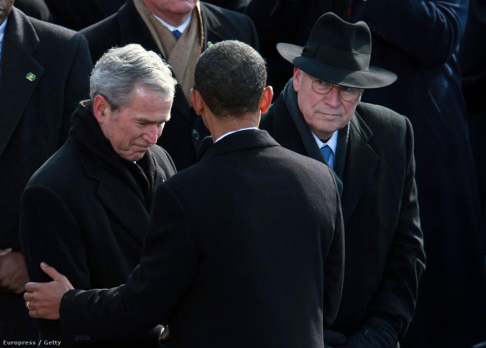 Obama és a leköszönő elnök George W. Bush üdvözlik egymást, mögöttük Dick Chaney, Bush alelnöke néz fel Obamára. Az Obamát ünneplő tömeg kifütyülte Bushékat, mikor meglátták a jelenetet az óriáskivetítőn.