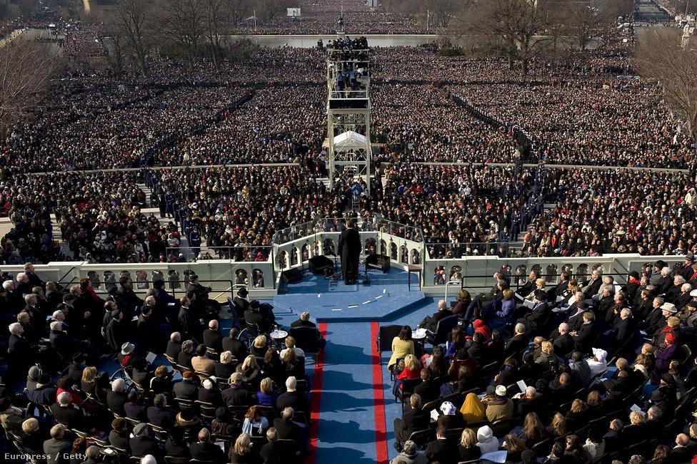 Obama első beszédét a Kapitólium előtt valaha összegyűlt legnagyobb tömeg előtt mondta el 2009-ben. Becslések szerint 1.8 millió ember volt kíváncsi a helyszínen a beszédre, a tömeg a Kapitólium lépcsőjétől a Washington emlékműig nyúlt. Talán a nagy tömeg miatt kavarodott bele a szövegbe Obama és az őt eskető John G. Rodgers főbíró, ugyanis mindketten többször elrontották az eskü szövegét. Obama a biztonság kedvéért később megismételte azt.