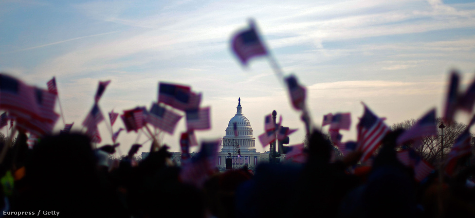 Zászlótenger Barack Obama 2009-es beiktatásán. Obama első elnöki beszédében közös áldozatvállalásról beszélt, hogy Amerika visszatérhessen a béke és a gyarapodás útjára. Ma, négy évvel később, második beszéde előtt az elvárások változatlanok.