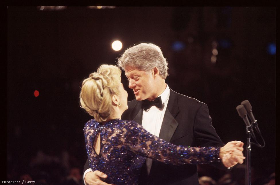 Bill- és Hillary Clinton táncolnak a beiktatás utáni bálon. Clinton az első elnök, aki a hidegháború után, békeidőben kezdhette meg elnökségét. Második ciklusának kezdete egybeesett Martin Luther King születésnapjával, Clinton beszédében hosszan méltatta a feketék harcát az országban.