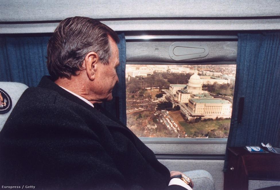 Az idősebb Geroge W. Bush helikopteréről vet egy búcsúpillantást a Kapitólium épületére, miután az őt váltó Bill Clinton letette hivatali esküjét.
