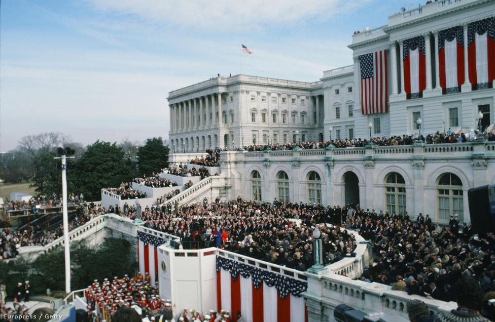 Ronald Reagan első elnöki eskütétele 1981-ben. Reagen volt az első aki a Kapitólium Nyugati lépcsőjén tette le az esküt, beszéde közben Irán szabadon engedett 52 amerikai hadifoglyot, akik 444 napja raboskodtak. A szabadulás hírére az elnöki beszéd után országos ünnepség kezdődött.