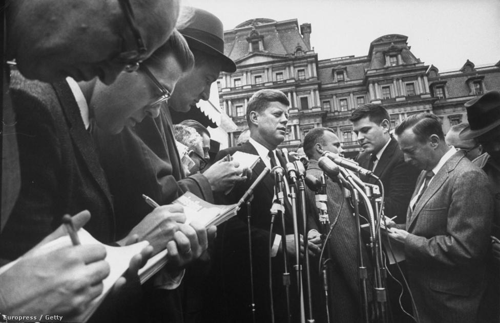 John F. Kennedy beiktatása előtt a leköszönő Eisenhower elnökkel közösen ment reggeli imára.  Míg Eisenhower hosszú kabátba öltözött a mínusz tíz fokos hidegben, Kennedy azzal akarta megmutatni, hogy mindenben szakítana elődje tradícióival, hogy még zakót sem húzott. Az Eisenhower - Kennedy váltással a legöregebb elnököt a legfiatalabban megválasztott váltotta.