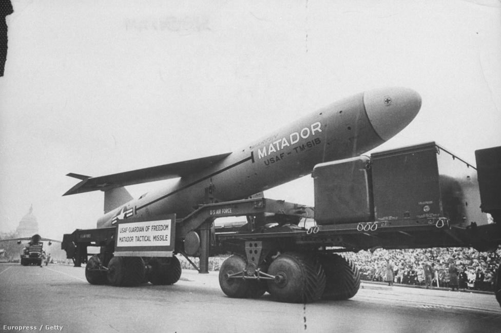 Eisenhower elnök második ciklusát hidegháborús hangulatban, katonai parádéval kezdte meg 1957-ben. A képen egy Matador típusú rakétát masíroztatnak a tömeg előtt. Eisenhower beszédében a béke áráról és a nemzetközi kommunizmus térnyeréséről beszélt.