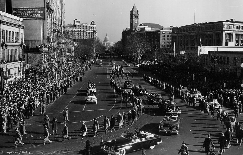 Harry S. Truman elnök integet a tömegnek útban a Kapitóliumhoz 1944-ben. Az elnökök először szekéren vonultak végig a városon, az autókat pedig a kilencvenes évek elején váltotta az elnöki helikopter.