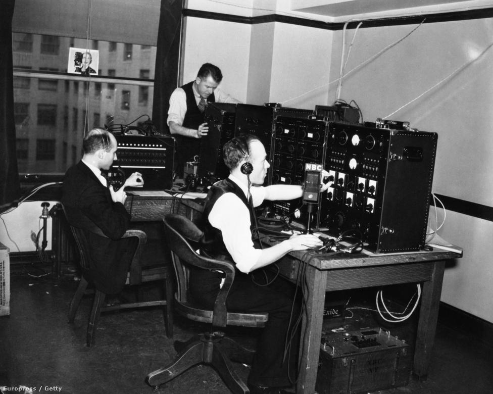 Roosevelt elnöki esküjének élő közvetítése komoly kihívást jelentett akkoriban. A képen az NBC csatona mérnökei kalibrálják a beszéd sugárzásához szükséges eszközöket Roosevelt második elnöki beszéde előtt.