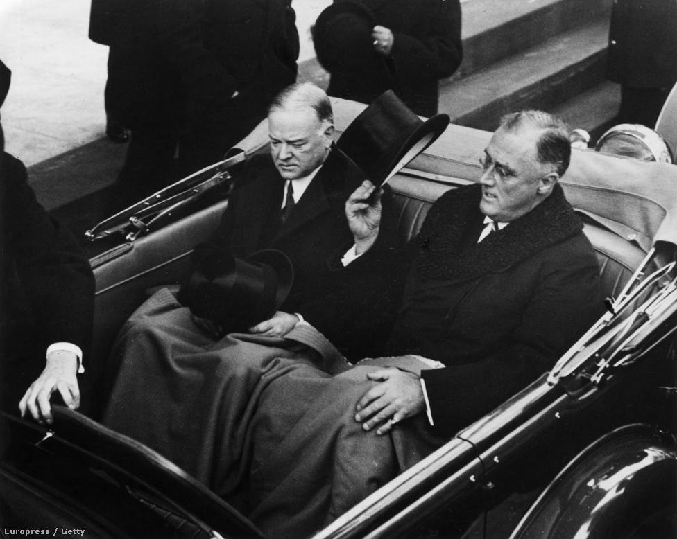 Roosevelt elnök emeli kalapját kocsijának hátsó ülésén, amikor Herbert Hoover leköszönő elnökkel közösen érkeztek az eskütételre. Roosevelt  beszédét a Kapitólium épületéből rádión keresztül mondta el. A mélyülő gazdasági válság rányomta a bélyegét a közhangulatra, Roosevelt pedig első beszédében jelentette be a New Deal akciótervet.
