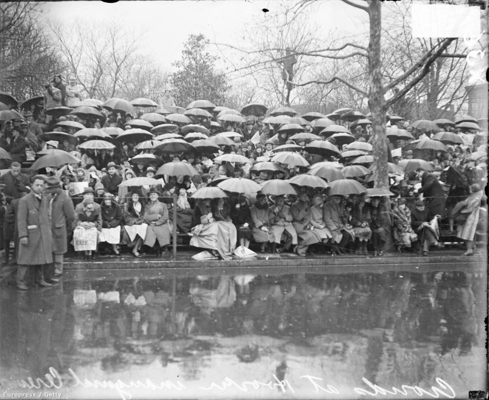 Szakadó esőben várta a tömeg Herbert Hoover elnöki beszédét 1929-ben.