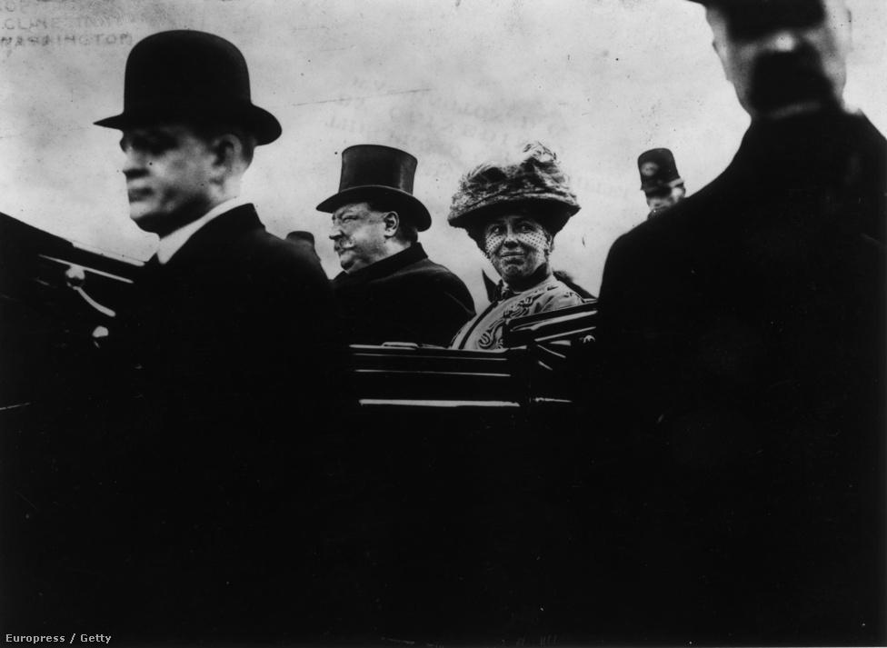 William Howard Taft, az Egyesült Államok 27. elnöke (1909), és felesége útban a Kapitólium épületéhez. Taft szabadtéri beszédét kis híján el kellett halasztani a hatalmas havazás és a komoly mínuszok miatt.