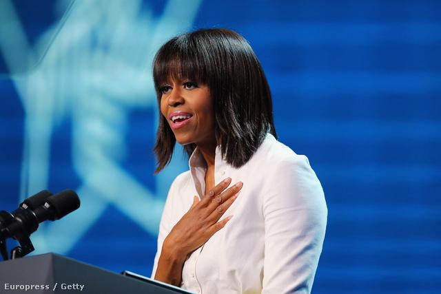 Michelle Obama bemutatja új frizuráját.