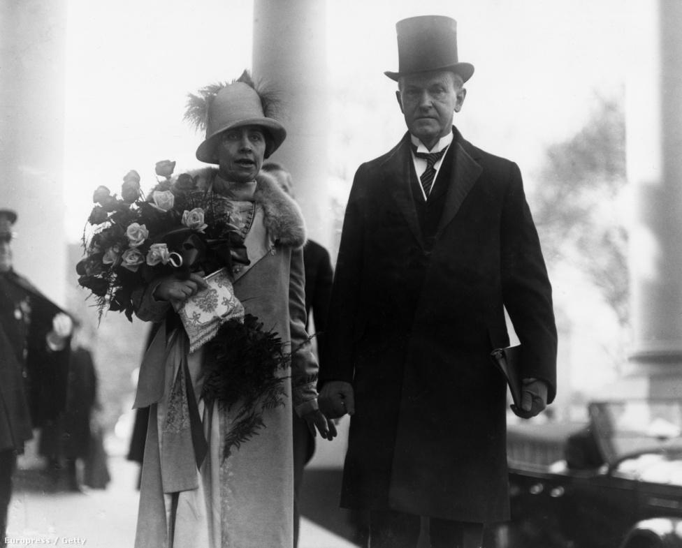 Calvin Coolidge kezében az eskütételhez majd használt bibliával elhagyja a Fehér Házat, míg felesége egy csokor rózsával készült 1925-ben.