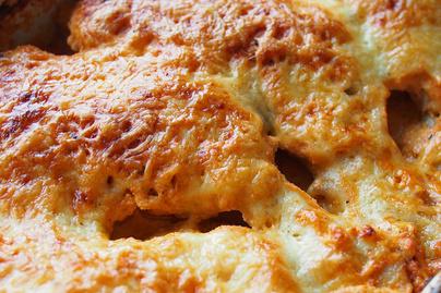Paprikás tejfölben sült, omlós csirkecomb: laktató ebéd kevés munkával