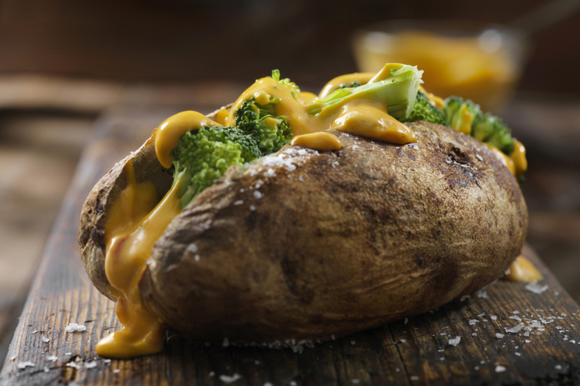 Brokkolival töltött, egészben sült krumpli: az angolok kedvenc vacsorája