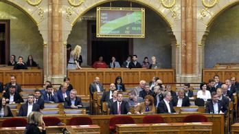 Závecz: fej fej mellett a kormánypártok és a hatpárti ellenzék
