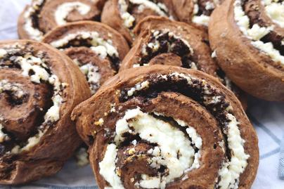 Puha, foszlós túró rudi csiga – A kakaós tésztát krémes túró borítja