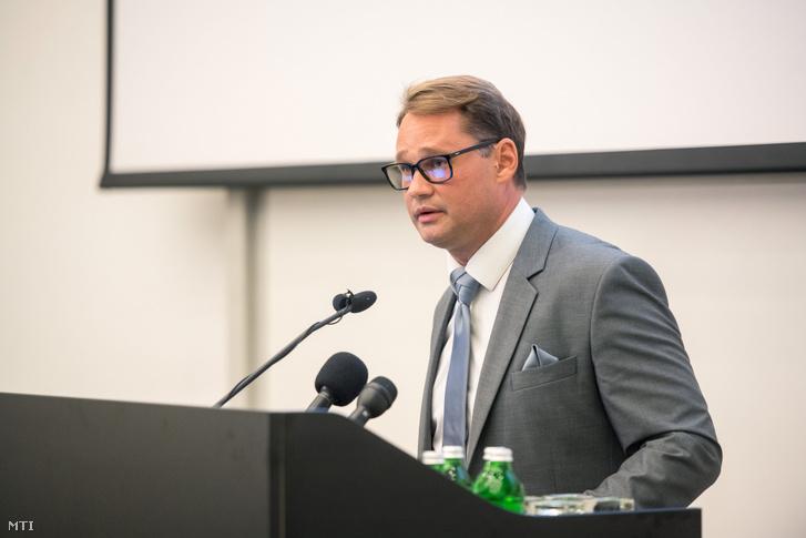 Jakab Ferenc, a Nemzeti Virológiai Laboratórium vezetője beszédet tart Pécsen 2020. szeptember 25-én