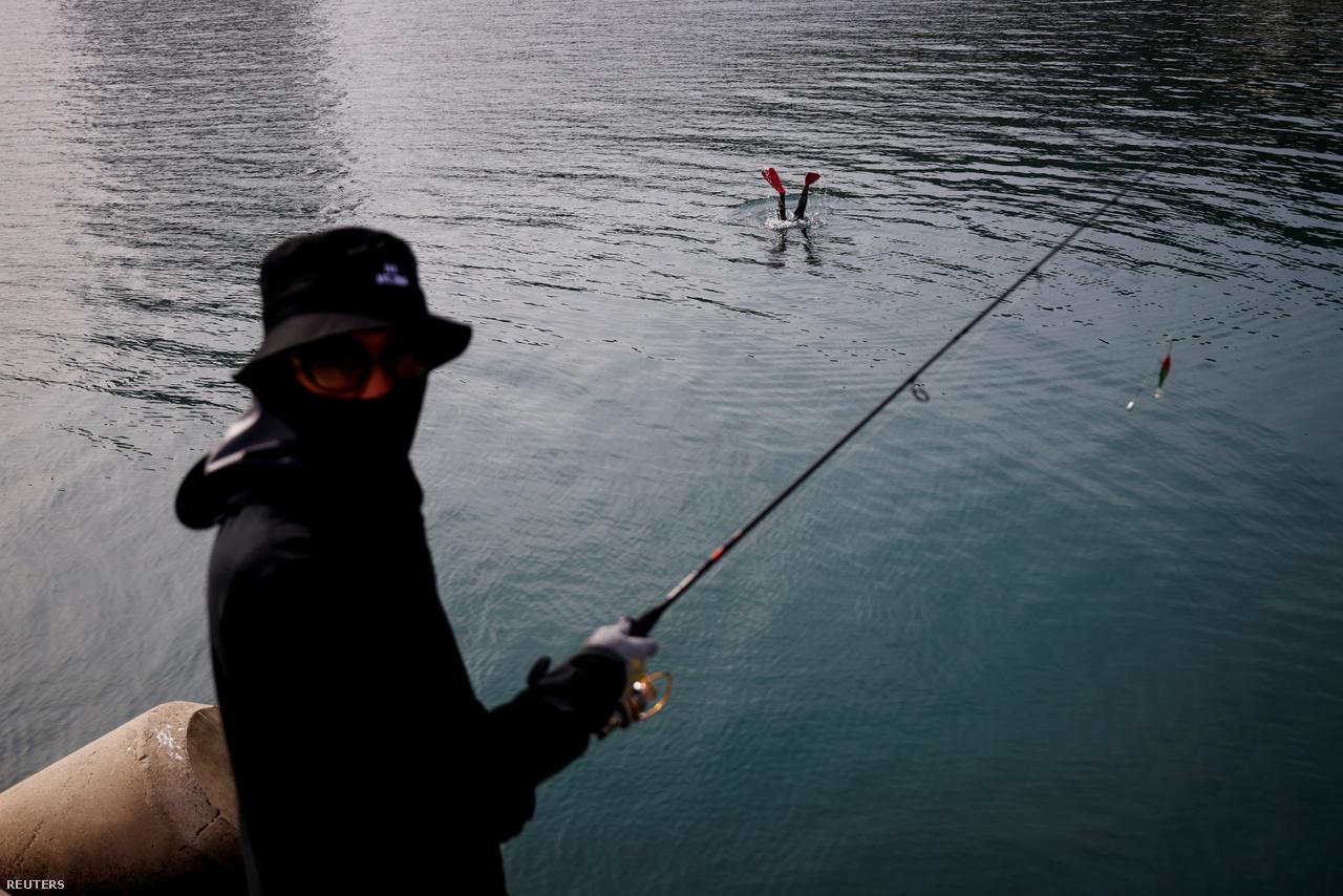 """A 35 éves Vu egy horgász szeme láttára merül a vízbe 2021. március 31-én. Tavaly fejenként 500 kg tengeri uborkát szedtünk össze, idén jó, ha a felét begyűjtjük"""" – panaszolja."""