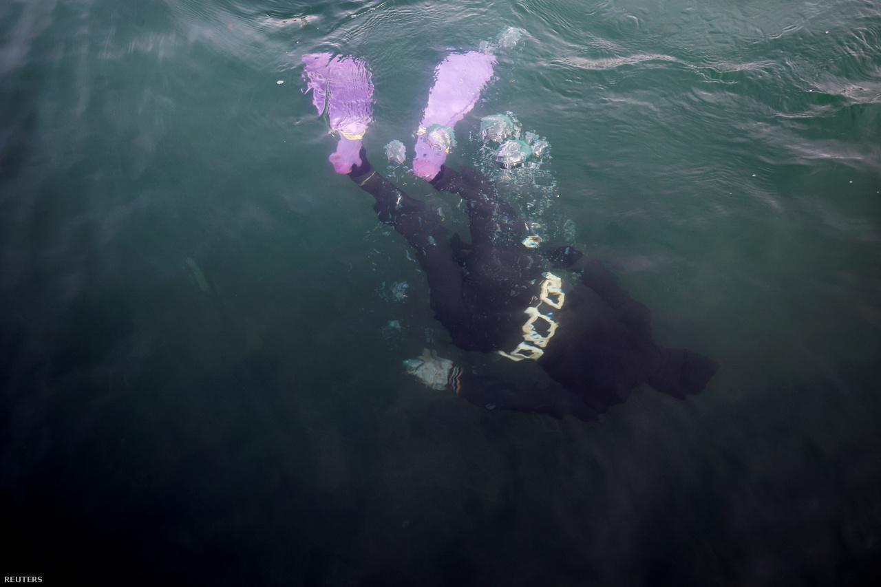 """A 28 éves Dzsin fejest ugrik a tengerbe. """"Kezdetben úgy gondoltam, hogy majd kilencven vagy százéves koromban én leszek a legöregebb henyo, ha az egészségem megengedi – mondja Dzsin. – De kezdek rájönni, hogy mindez már nem az egészségemtől függ. A klímaváltozás jóval előbb eltüntetheti a mi foglalkozásunkat, jóval a kilencvenedik születésnapom előtt."""""""