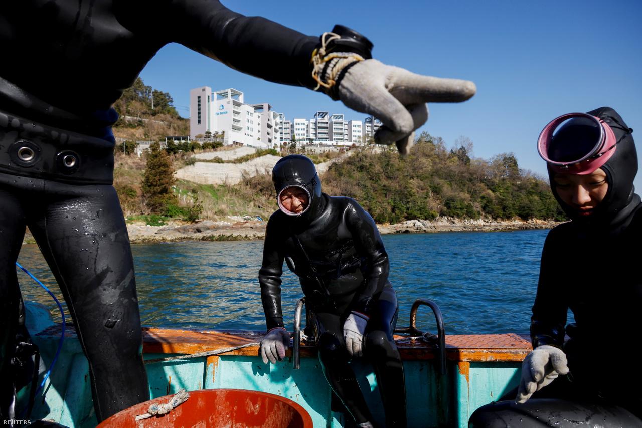 Dzsin és Vu egy halászcsónak fedélzetén merülés után, 2021. március 30-án. Ők ketten a legfiatalabb henyók közé tartoznak. A legtöbb henyo már elmúlt 70 éves. Dzsin és Vu létrehoztak egy You Tube-csatornát, amelyen bemutatják a tengeri asszonyok életét. A legnépszerűbb videójukat már 600 000-en látták.