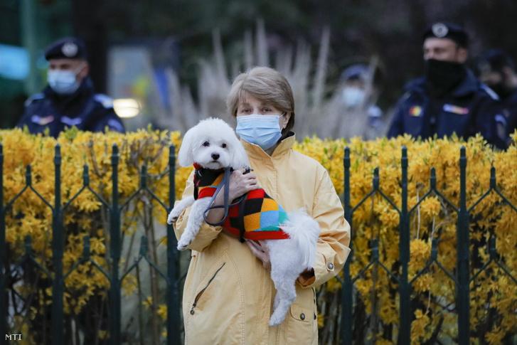 Tüntetők tiltakoznak a koronavírus-járvány miatt érvényben lévő korlátozó intézkedések ellen Bukarestben 2021. április 4-én. Románia több városában is tüntettek ezen a napon a járványügyi korlátozások ellen.