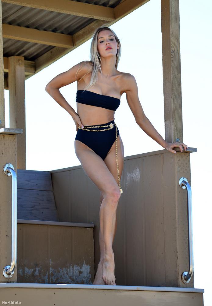 Ezúttal egy pánt nélküli felsőből és egy magasított derekú alsóból álló bikinit visel.