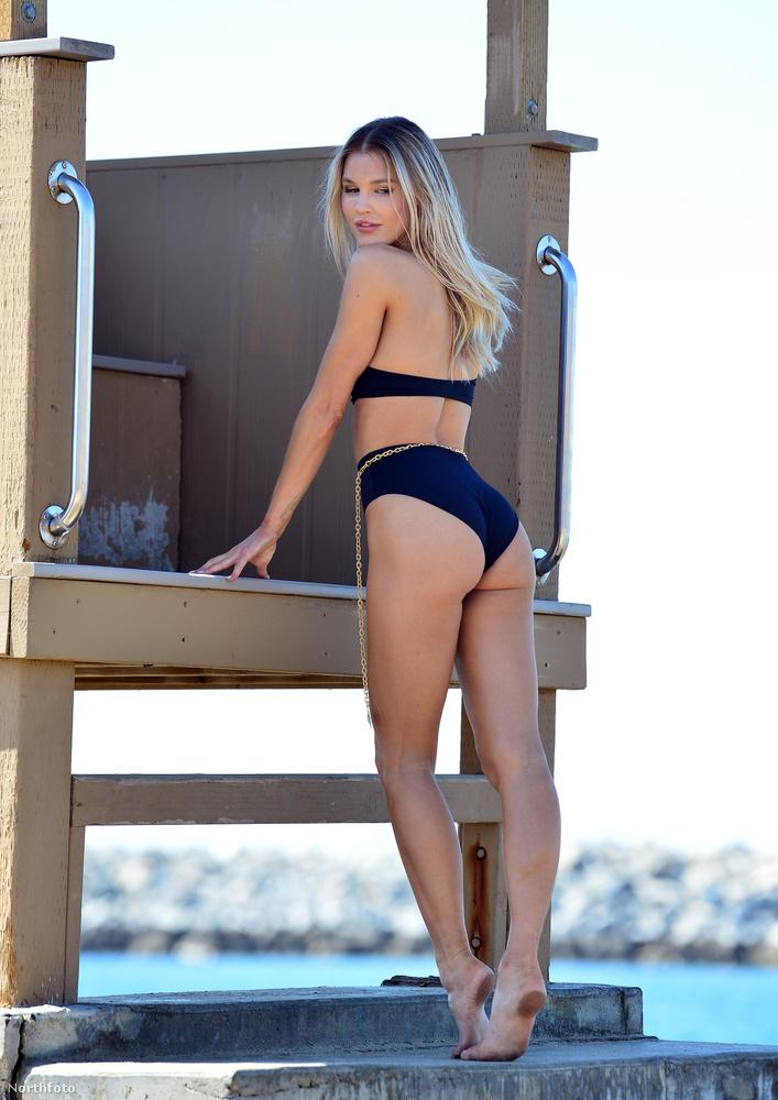 A bikinit deréktájt aranylánc egészíti ki: valami extra mégiscsak kell a szetthez, ha az embert fotózzák!