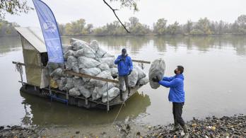 Magyarországon szedik ki a folyókból a romániai szemetet