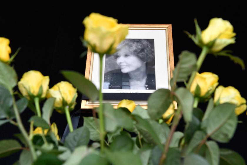 Sárga rózsák Törőcsik Mari portréjánál a Nemzeti Színház előtt 2021. április 18-án.